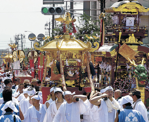 神輿を担いで町を練る住民=5日午前10時40分、金沢市金石本町