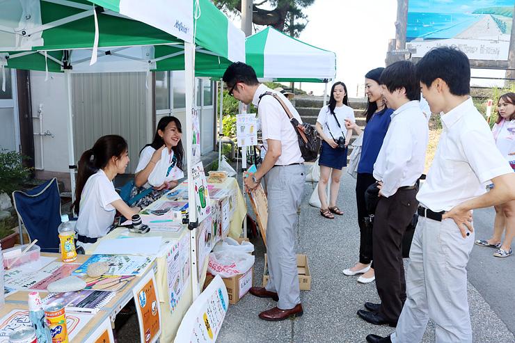 多くの来場者でにぎわった昭和女子大生が運営する海の家