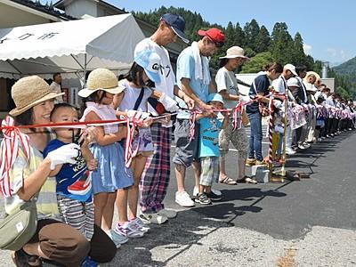 100人でテープカット 「ぽかぽかランド美麻」全面開業を祝う