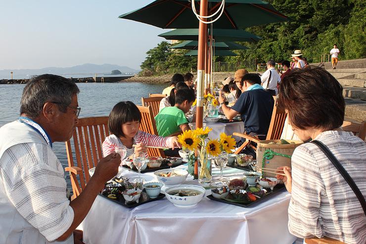 海辺で朝食を楽しむ参加者=氷見市阿尾