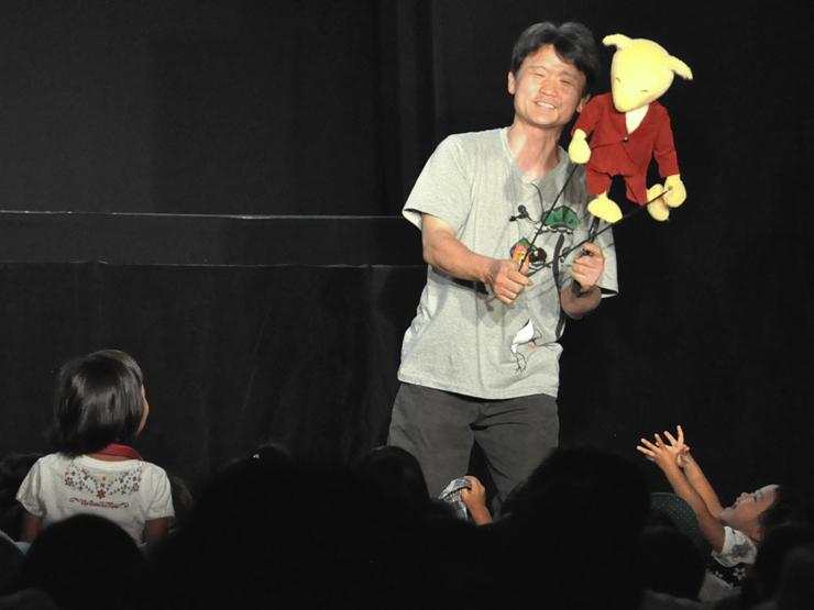子どもたちを楽しませた京都府の劇団の人形劇