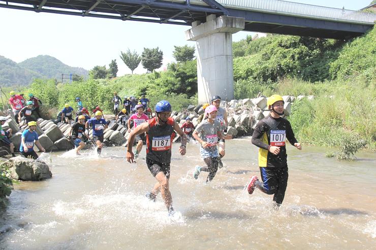 「信州爆水RUNin依田川」で川の中を走る参加者