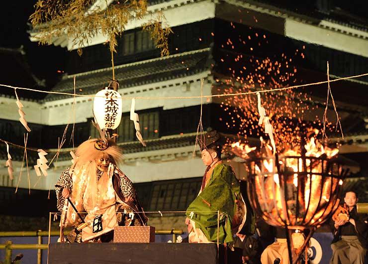 かがり火に幻想的に浮き上がった薪能=8日夜、松本城本丸庭園