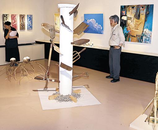 創造性あふれる現代アートが展示された会場=小松市大領町