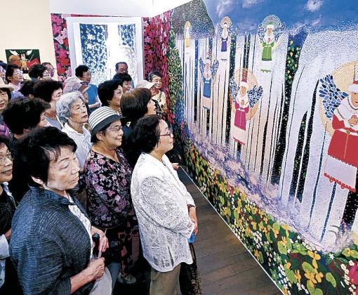 作品を鑑賞する城南公民館の一行=金沢21世紀美術館
