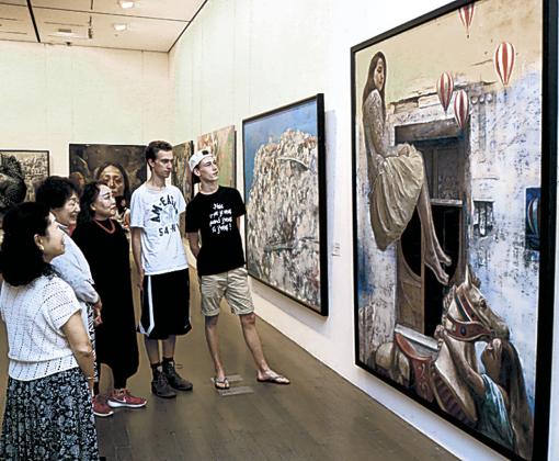 作品を鑑賞する来場者=金沢21世紀美術館
