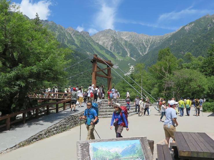 11日の「山の日」を前に、登山や観光で訪れた人たちでにぎわう北アルプス上高地の河童橋周辺=10日午後
