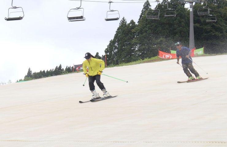スノーマットが敷かれたゲレンデを滑るスキーヤー=10日、かぐらスキー場