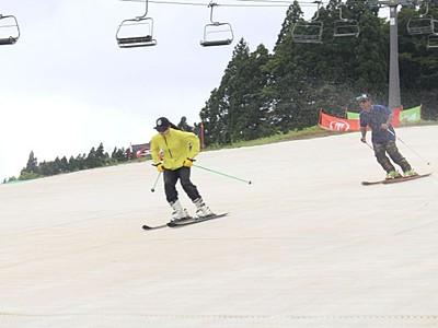 夏のゲレンデ滑走好評 昨冬スノーマット導入 湯沢のスキー場 10月末まで営業