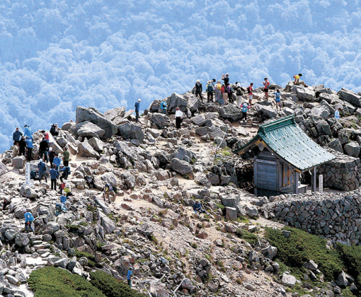白山の御前峰で景色を楽しむ登山客=11日午前9時20分、北國新聞社ヘリ「あすなろ」から