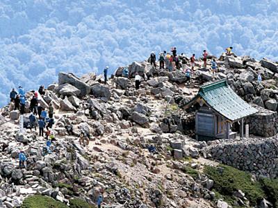 「山の日」霊峰白山にぎわう 好天に恵まれ