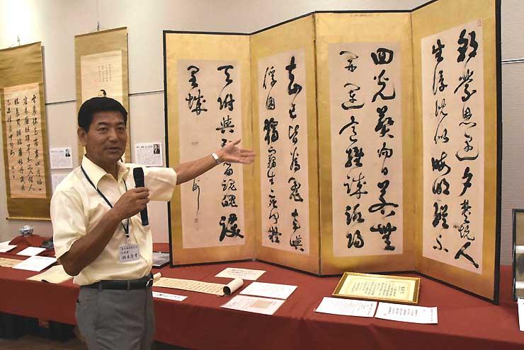 内覧会で展示の説明をする橋本さん