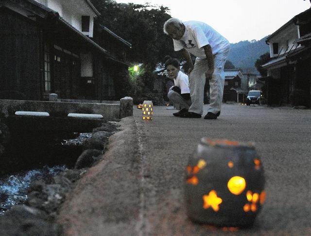 町並みをぼんやりと照らし出す灯りとり=13日、福井県若狭町熊川