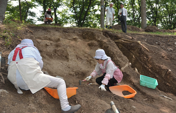 二の丸やぐら台跡で進む発掘調査