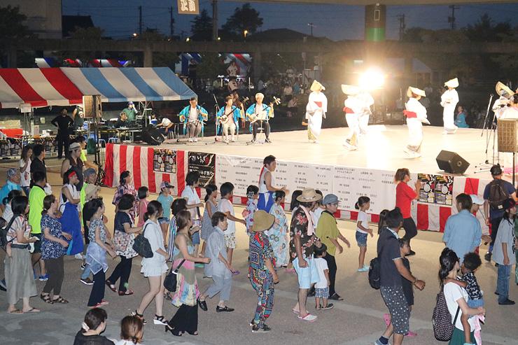 射水伝統の盆踊り「のじた」を楽しく踊る来場者=グリーンパークだいもん