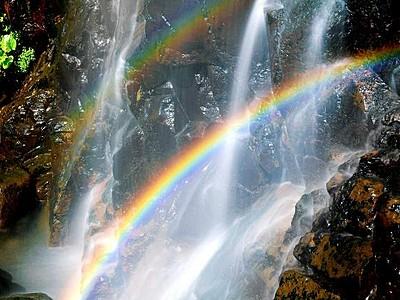 涼を求め八反滝いかが 二重の虹に幸福感も倍 福井県勝山市