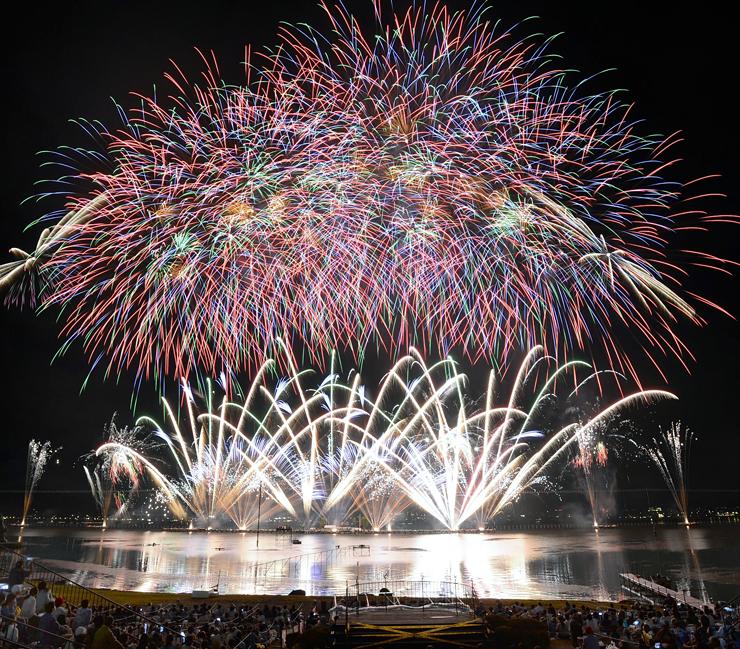 4万発の花火が華やかに夜空を彩った諏訪湖祭湖上花火大会=15日午後8時24分、諏訪市湖岸通りから