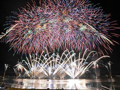 湖上に輝く4万発 諏訪湖で花火大会