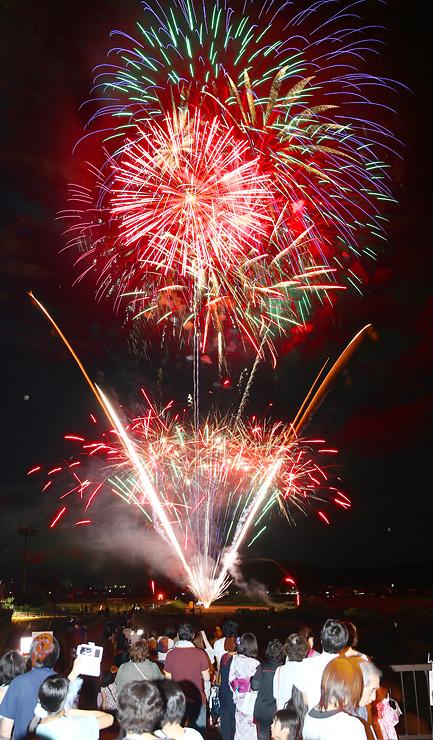 約1000発の花火が夜空を彩った「おやべ川花火大会」=小矢部市の小矢部川津沢大橋付近