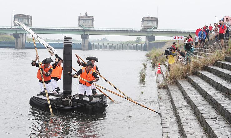 10チームが手作りのいかだでレースを繰り広げたおやべ川いかだ下りレース=小矢部市津沢地区の小矢部川
