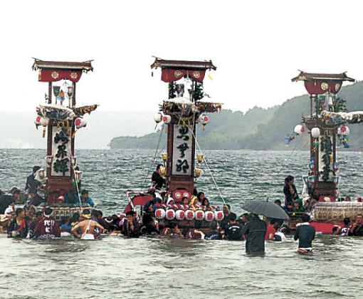 海上で1列に並ぶ5基のキリコ=15日午前10時20分、穴水町沖波