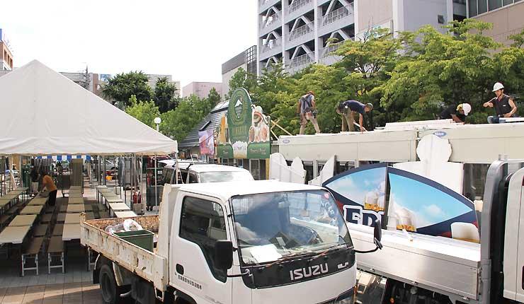 18日に始まる「松本サマーフェスト」に向け、会場づくりが進む松本市の花時計公園