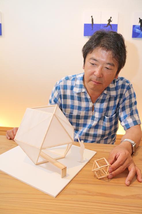 模型を使い、「森の幾何学」について説明する広谷さん