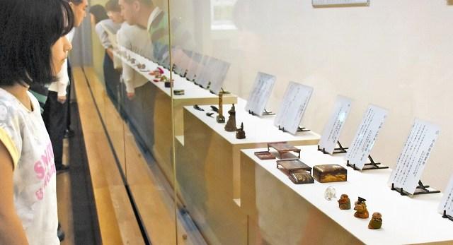 技巧の凝らされた工芸品が並ぶ展示=15日、福井市郷土歴史博物館