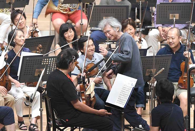 リハーサルの指揮を終えて笑顔の小澤総監督=17日、松本市のキッセイ文化ホール