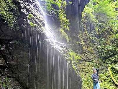 「滝の前」の滝 (坂井市) 絹思わす美しき滴り