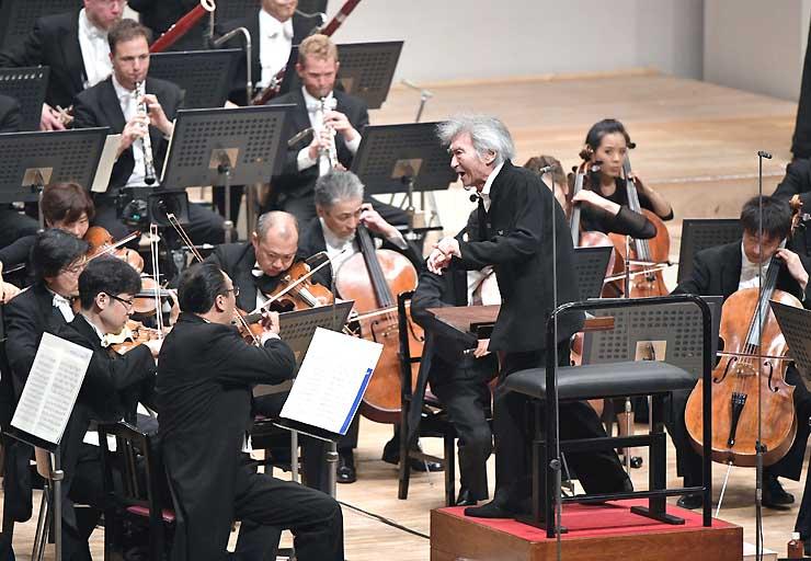 オーケストラコンサートで指揮する小澤征爾さん=18日午後8時41分、キッセイ文化ホール