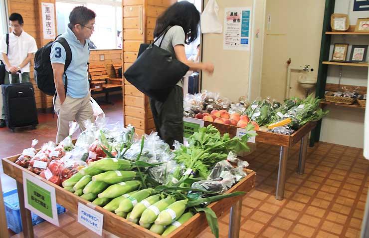 朝採りのトウモロコシやトマトといった夏野菜が並ぶ黒姫駅の売店