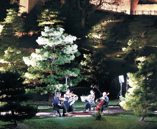 幻想的にライトアップされた庭園で、優雅な調べを奏でる演奏者=18日午後7時半、玉泉院丸庭園