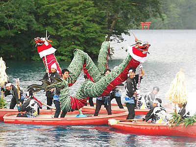志賀高原大蛇祭り 「湖上渡り」で幻想的に開幕