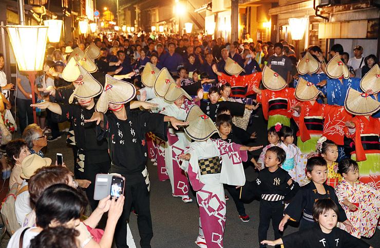 おわら風の盆前夜祭が始まり、優美に町流しをする踊り手=富山市八尾町下新町