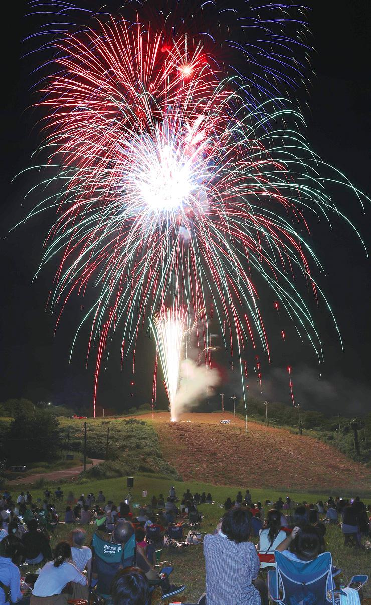 光の大輪が夜空を鮮やかに彩った大沢野花火大会=旧猿倉山スキー場(多重露光)