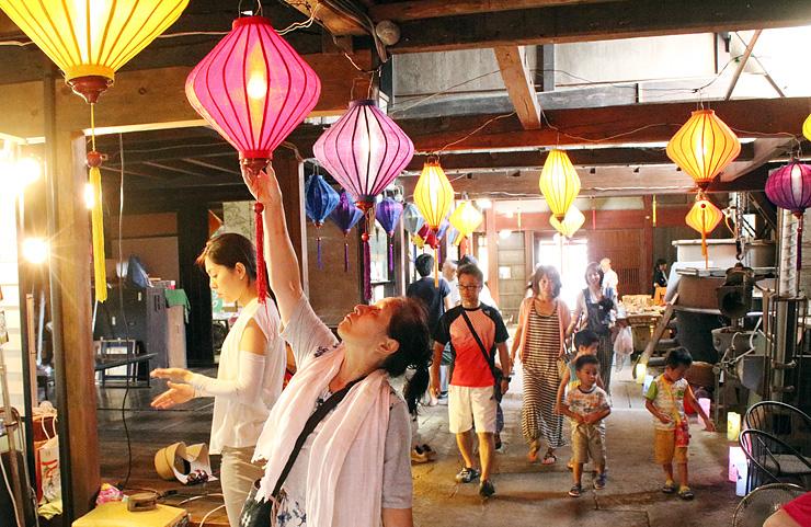 ランタンで彩られた会場内で見学や買い物を楽しむ来場者