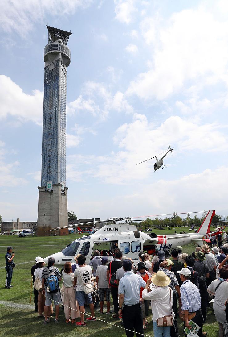 ヘリコプター&防災・防犯フェスティバル2016が開幕し、展示された県ドクターヘリを見学する大勢の来場者=クロスランドおやべ