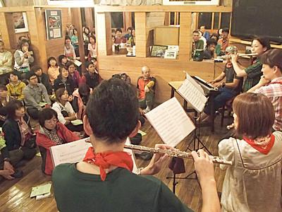 山の名曲、山小屋らしく 涸沢の音楽祭が衣替え