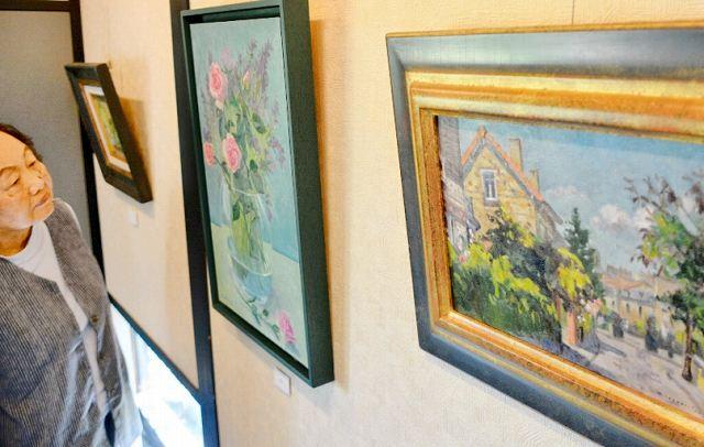 パリの風景や花々などを題材にした五百﨑さんの作品展=福井県あわら市