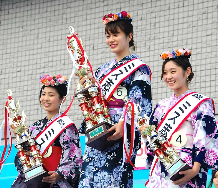 ミス志賀高原に選ばれた(右から)荒木さん、北野さん、梅沢さん