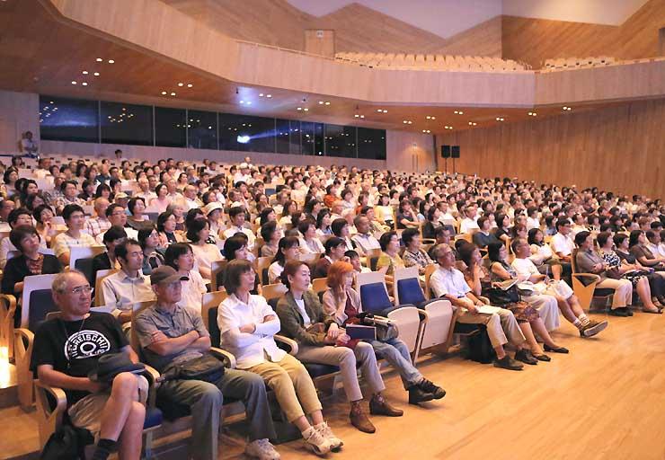 スクリーンコンサートを楽しむ観客=長野市芸術館