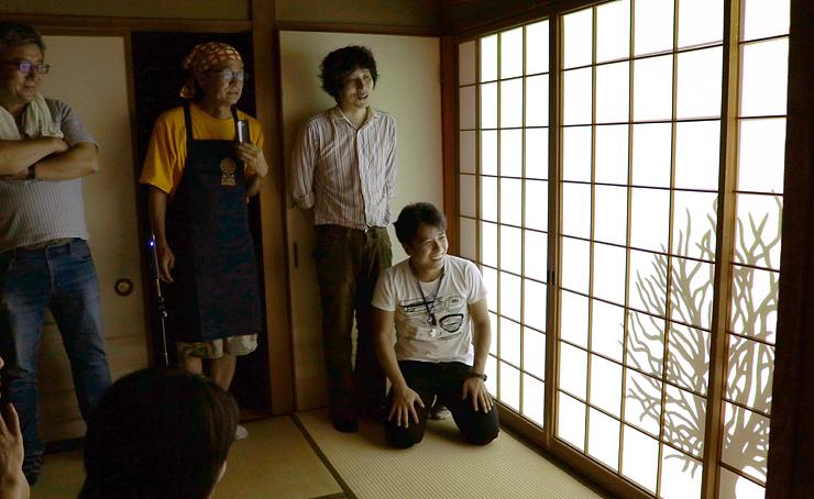 客室の障子に投影した映像を確認するワークショップ参加者