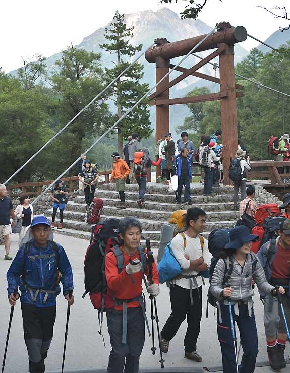 多くの登山者でにぎわった「山の日」の河童橋周辺=11日、松本市の上高地