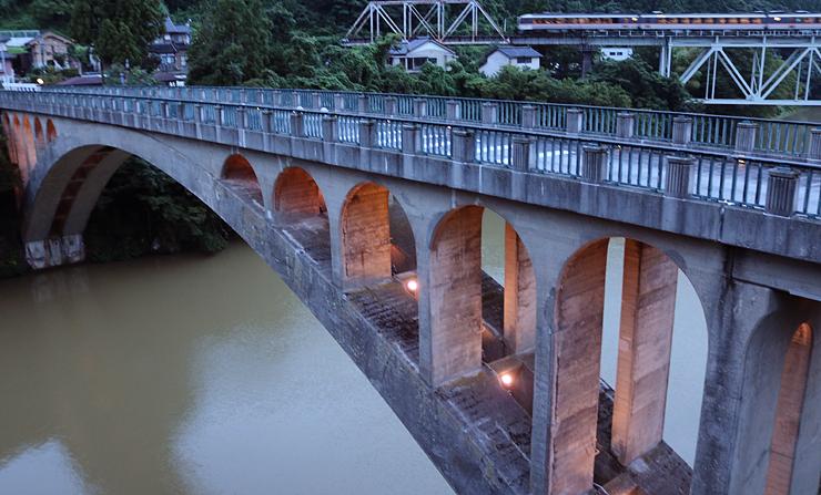 ライトアップされた笹津橋=富山市笹津