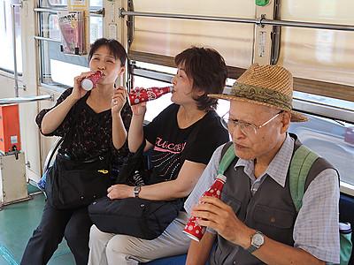 万葉線 コカ・コーラ電車快走 乗客にプレゼント