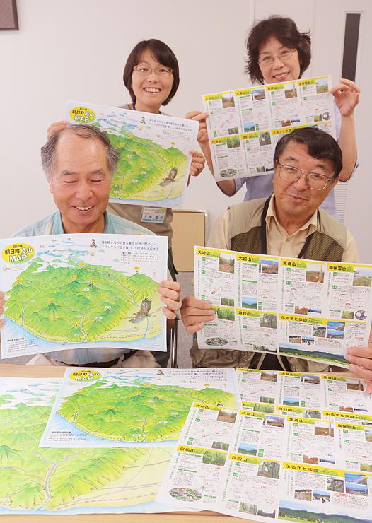 マップを手に「気軽に登山を楽しめる低山の魅力を伝えたい」と話す蓬澤会長(右手前)ら=朝日町
