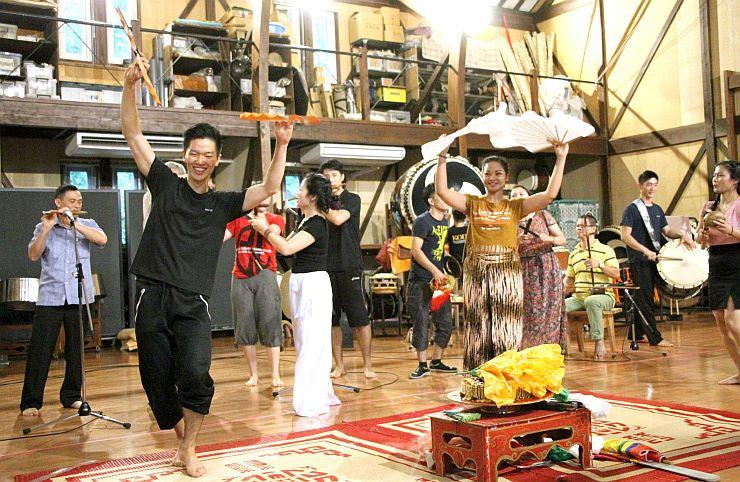 アース・セレブレーションのリハーサルを行うバックハーと鼓童のメンバー=24日、佐渡市小木金田新田
