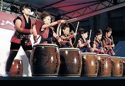 華麗なばちさばきを披露する児童=小松市の粟津温泉