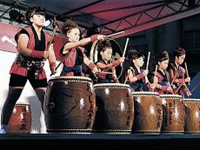 温泉街に太鼓響く 小松・粟津「おっしょべ祭り」